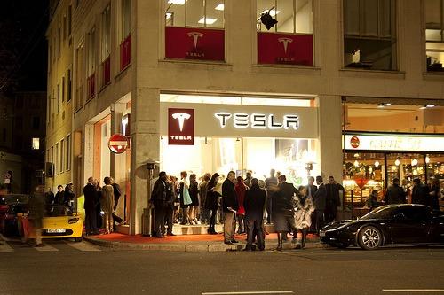 tesla motors inaugura il primo showroom a milano