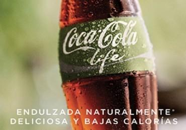 Coca-Cola Life, con tappo ed etichetta verde scuro, dolcificata con zucchero e stevia, dal contenuto calorico contenuto, pubblicizzata come prodotto naturale