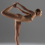 posizioni-yoga-istruttrice-nuda2